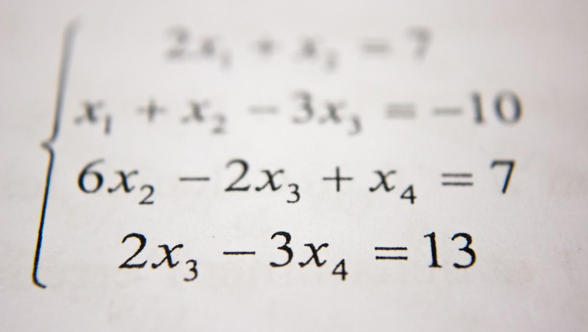 Matematické symboly rozepsané na papíře.