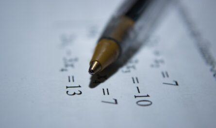 Zaokrouhlování v matematickém příkladu psaném na papíře.